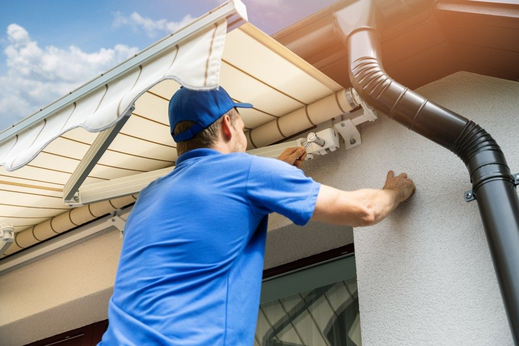 men installing an awning