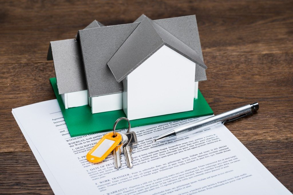 contract, keys and house model